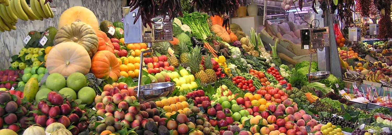 Mercato italiano, banco di frutta e verdura