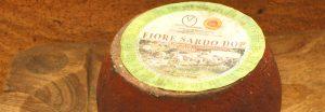 Forma di formaggio Fiore Sardo su tagliere