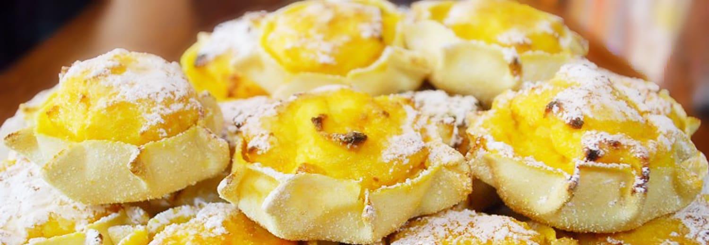 Pardulas gialle con zucchero a velo