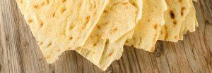 Sfoglie di carasau o pane fresa su tagliere