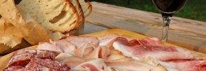 Tagliere di salumi misti con pane e vino