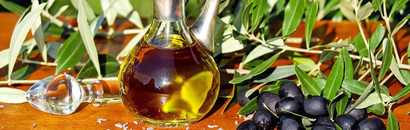 Olio sardo in bottiglia di vetro con olive nere