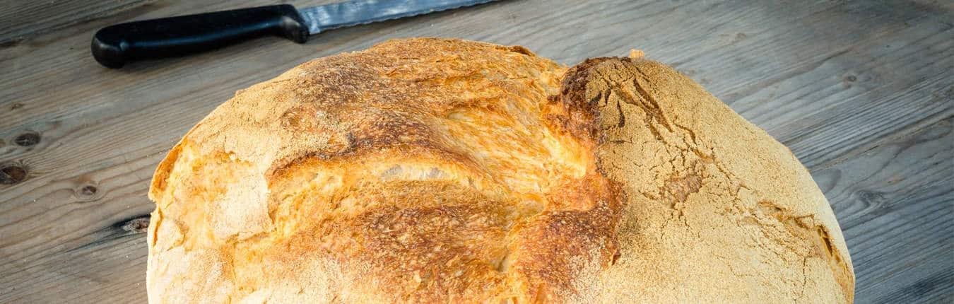 Pane moddizzosu tipico sardo sul tavolo