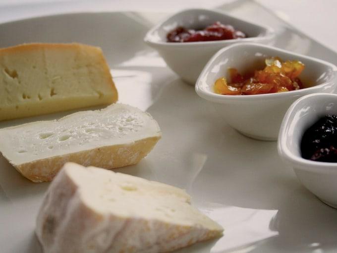 Abbinamento formaggi con confetture di frutta gialla rossa e nera