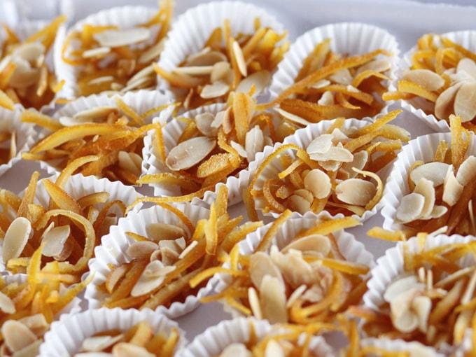 Arantzada, sottili strisce di scorza d'arancia e lamelle di mandorle legate da miele