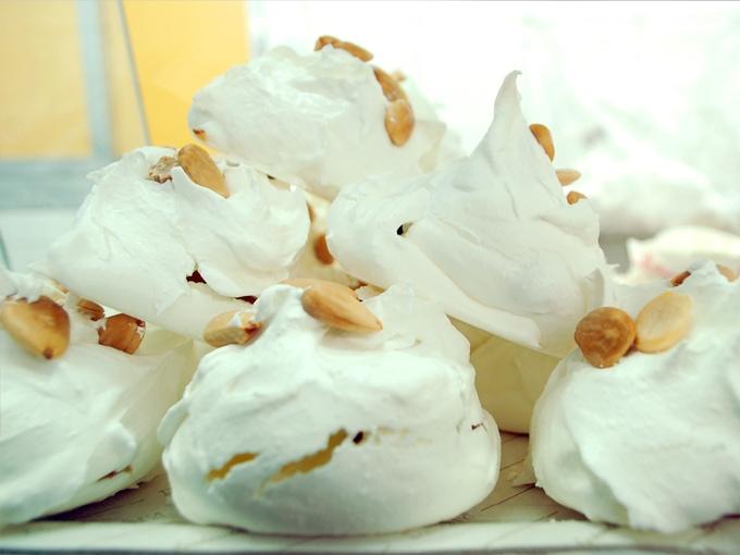 Bianchini decorati con mandorle