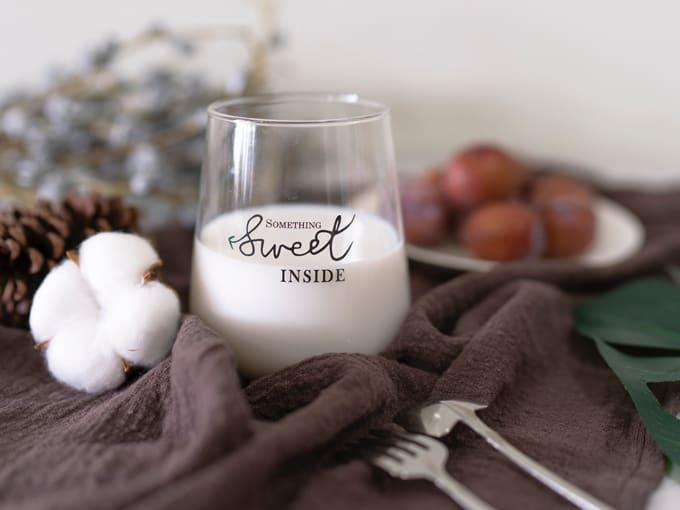 bicchiere-latte-di-pecora-tovaglia