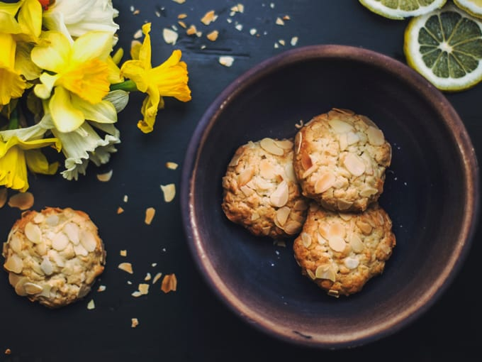 Biscotti di farina d'avena con scaglie di mandorla su piatto e tavolo scuri