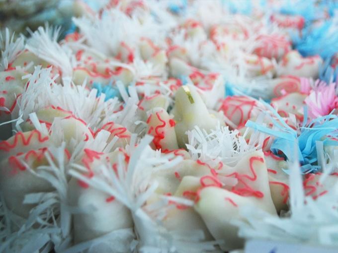 Candelaus, dolcetti di pasta di mandorle a forma di animaletti coperti di glassa.