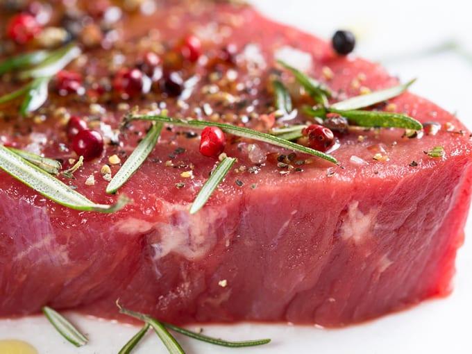 carne-rossa-cruda-manzo-con-spezie