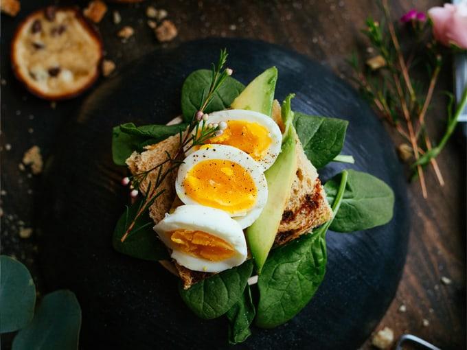 colazione-con-uova-sode-pane