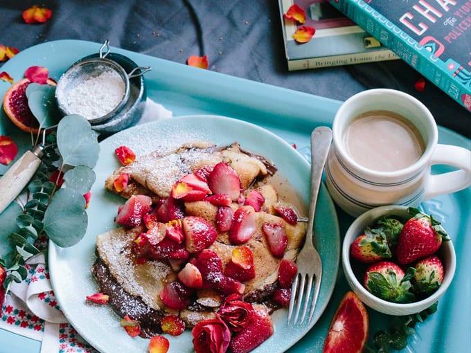 colazione-crepes-fragole-cioccolato