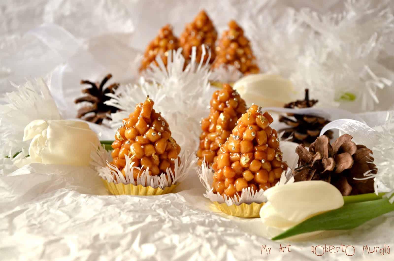 Pinos a forma di pigna di palline di pasta di semola