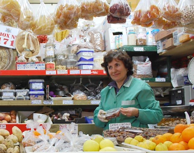 Un banco di spezie, frutta secca e verdure al Mercato San Benedetto