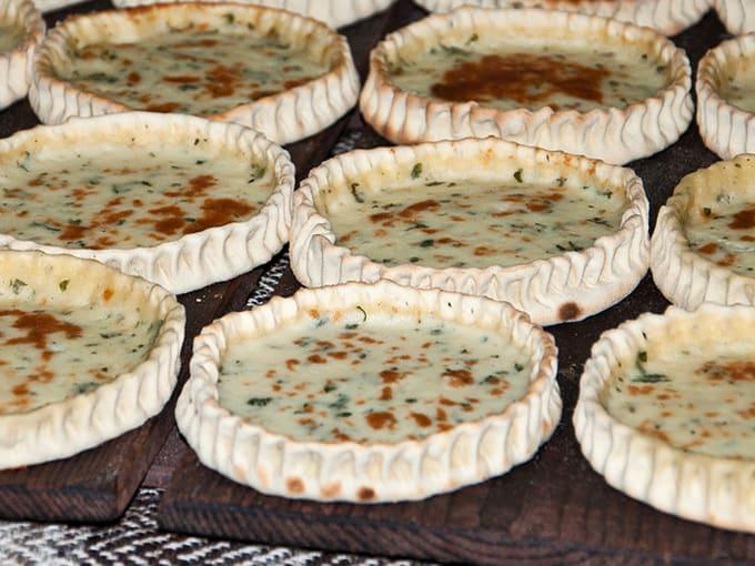 Casadinas o formaggelle salate con prezzemolo crude su taglieri