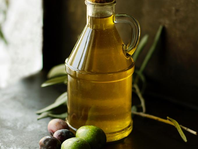 Brocca di olio sardo con olive