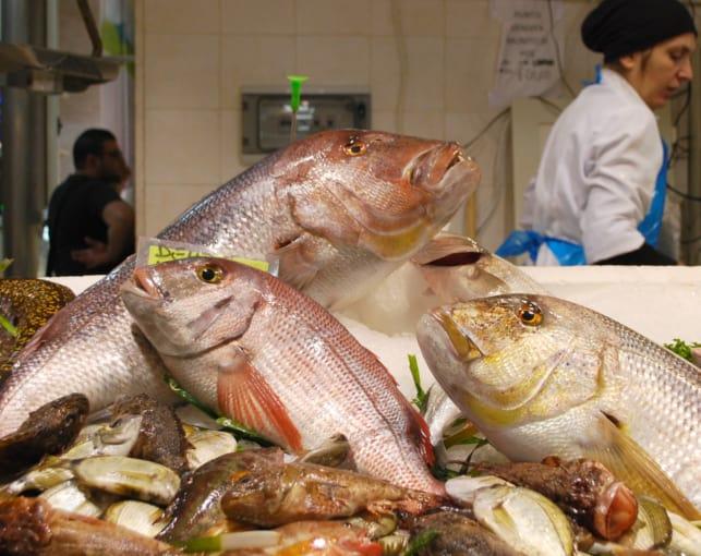 Grandi pesci rosa esposti al mercato di San Benedetto