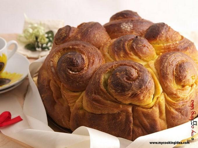 Torta delle rose, lievitato formato da rotoli di pasta, a forma di fiore